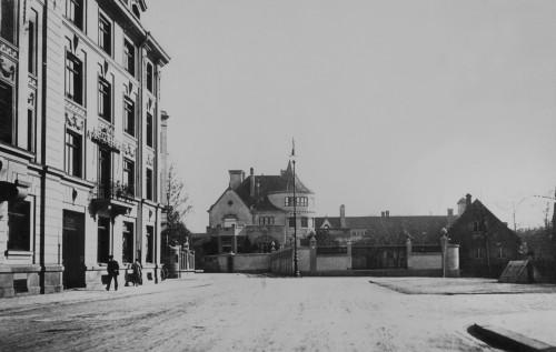 Blick von der Nikolaistraße über den Nikolaiplatz auf die Seidl-Villa, um 1905 Foto von Georg Pettendorfer (StadtA München: FS-NL-Pett1-2536).