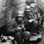 Soldaten im Schützengraben, Flandern 1917 | © Bayerische Staatsbibliothek München/Bildarchiv